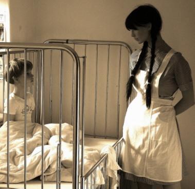 das Kind blickt zur Schwester